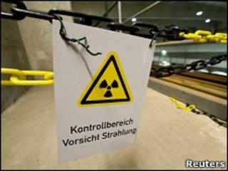 Табличка об опасности на складе отходов