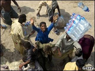 Paquistanteses tentam pegar mantimentos jogados de helicóptero do Exército
