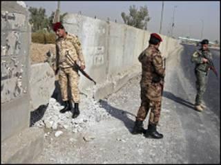 قوات أمن تفحص موقع انفجار