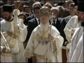 البطريرك برثلمايوس الأول مقيماً القداس