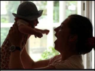 मां अपने बच्चे के साथ