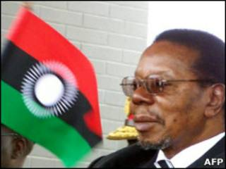 Mutharika durante apresentação da nova bandeira