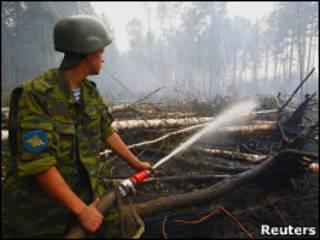 Десантник заливает очаг лесного пожара в Рязанской области
