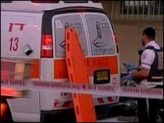 Ambulâncias em frente a embaixada turca em Tel Aviv