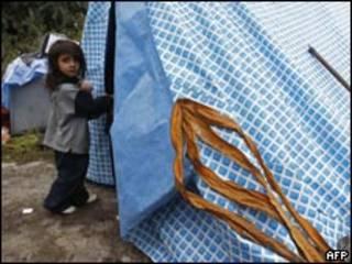 Niña gitana en un campamento de Francia