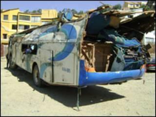 Camión reconvertido en autobús. Gentileza de Tránsito La Paz.