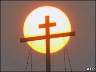 Крест на фоне солнца