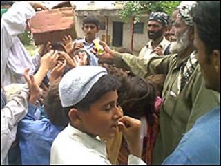 سیل پاکستان موجب بی خانمان شدن افراد شده است