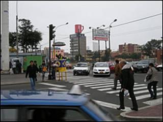 Peatones en Lima (foto Javier Lizarzaburu)