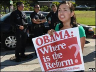 Ativista protesta por reforma imigratória em Los Angeles (AFP, 17 de agosto)