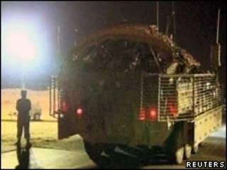 Veículo blindado americano deixa o Iraque levando soldados  Foto: Reuters, 18 de agosto de 2010