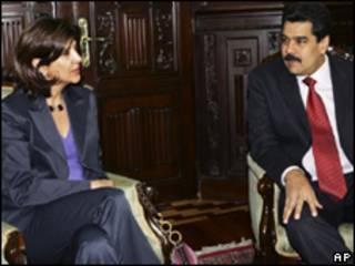 Os chanceleres de Colômbia, Maria Ángela Holguín, de Venezeula, Nicolás Maduro, em reunião em Caracas nesta sexta-feira (AP, 20 de agosto)