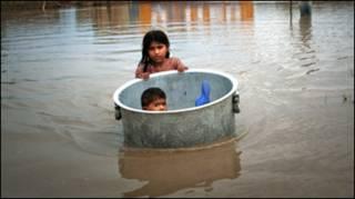 Вода затоплює нові райони