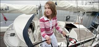 "Laura Dekker al timón de su velero ""Guppy"""