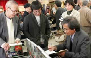 Tác giả ký tên tặng sách trong buổi ra mắt