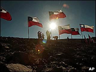 Banderas de Chile sobre la mina