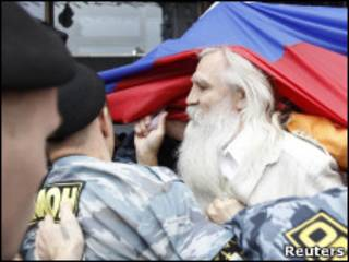 Бойцы ОМОНа и демонстранты