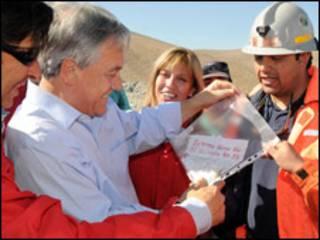 Presiden Pinera menunjukkan pesan yang dikirim pekerja tambang