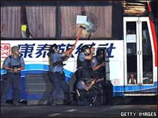 Policía filipina rodea un bus secuestrado.