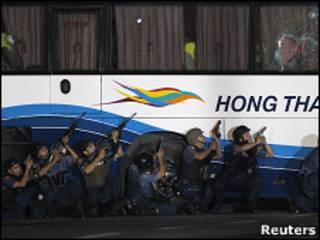 Policías filipinos rodean el autobús secuestrado.