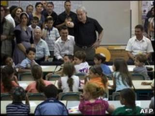 Премьер-министр Израиля Биньямин Нетаньяху в одной из школ страны