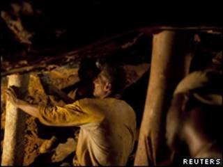 Mineros en una mina ilegal en El Callao, Venezuela, cerca del lugar del accidente.