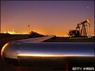 Tubería y pozo de petróleo