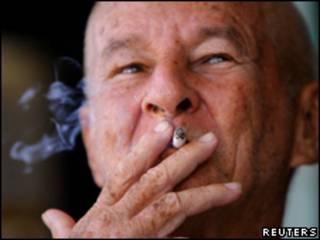Cubano fumando un cigarrillo.