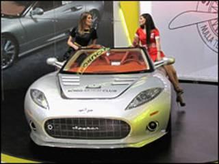 Две женщины рекламируют Spyker