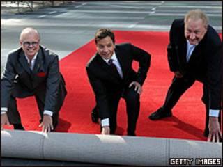 Jimmy Fallon junto a los productores del show