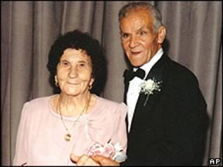 Foto de Mattia Filippazzo junto com o marido Stefano, durante um aniversário da família em 1988 (foto: AP)