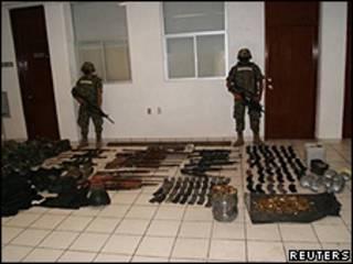 Foto da Marinha do México mostra armas apreendidas na fazenda onde os 72 corpos foram encontrados (Reuters)