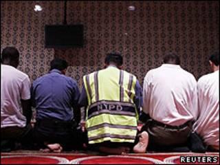 Miembros del Departamento de Policía de Nueva York rezan en una mezquita de Manhattan.