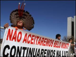 Бразильский пикетчик с плакатом
