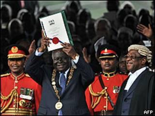Mwai Kibaki muestra a la multitud la nueva Constitución de Kenia.