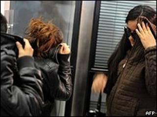 Romas chegam ao aeroporto de Sófia, Bulgária, depois da deportação da França