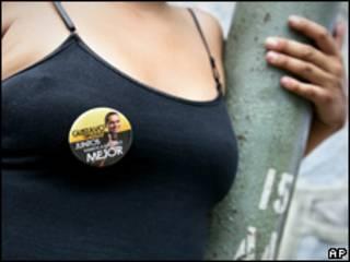 Mujer lleva un prendedor con propaganda electoral de Gustavo Rojas
