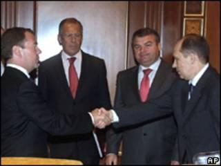 El presidente ruso, Dmitri Medvedev, recibe al jefe del Servicio Federal de Seguridad