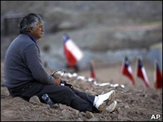 Irmão de mineiro preso aguarda perto da mina San José