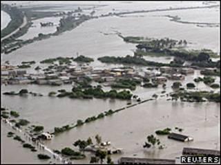 Vista aérea de Sujawal inundada, al sur de Pakistán
