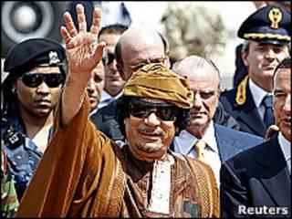 Muammar Gadafi saluda a su llegada a Italia
