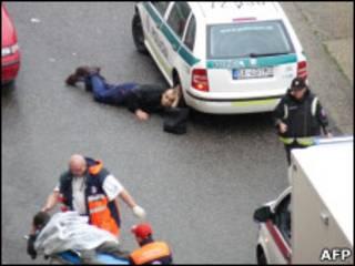 Paramédicos e policiais no local do tiroteio em Bratislava