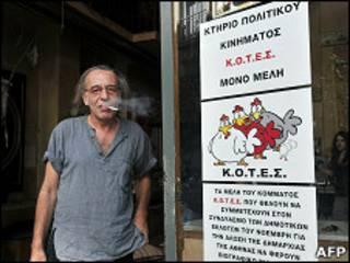 Dueño de un bar protesta contra la prohibición de fumar en Grecia