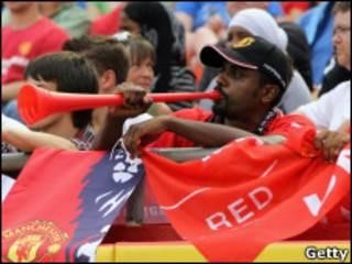 مشجع يستخدم الفوفوزيلا في كنساس سيتي خلال زيارة فريق مانشستر يونايتد