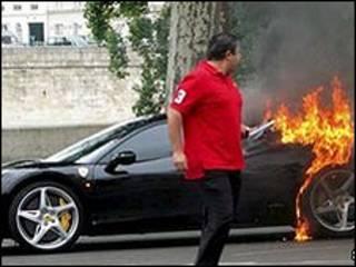 O dono desta Ferrari notou o fogo quando dirigia em Paris (foto: SWNS)