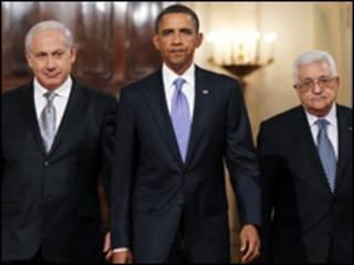 Shugaba Obama na Amurka tare da Shugaba Mahmoud Abbas (dama) da kuma Firayim Minista Benjamin Netanyahu (hagu)