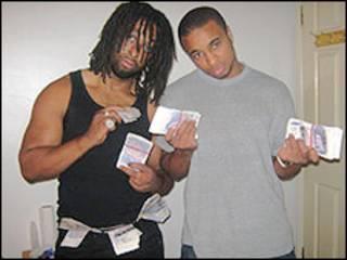 Yohan e Yamani Clarke exibem o produto do roubo em foto apreendida pela polícia (imagem: Polícia Metropolitana de Londres)