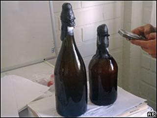 """Dos botellas de """"la cerveza más antigua del mundo"""""""