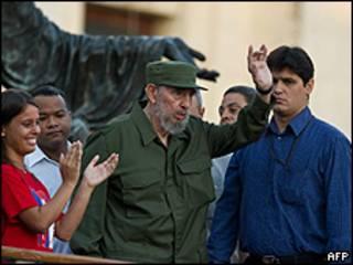 Fidel Castro amparado por guarda-costas na Universidade de Havana