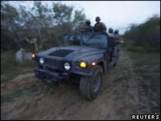 Militares mexicanos fazem patrulha próximo a rancho onde ocorreu conflito (Reuters, 2 de setembro)
